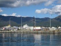 Costa dell'isola giapponese con le costruzioni e le montagne Fotografia Stock Libera da Diritti