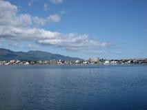 Costa dell'isola giapponese con le costruzioni e le montagne Fotografie Stock