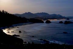 Costa dell'oceano nella luce della luna l'oregon Fotografia Stock