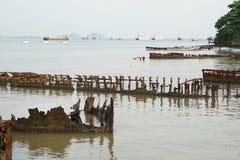 Costa dell'oceano in pieno con i relitti Fotografia Stock