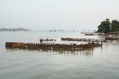 Costa dell'oceano in pieno con i relitti Fotografia Stock Libera da Diritti