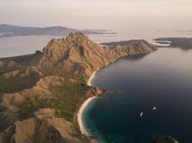 """Costa della destra dalla vista superiore """"dell'isola di Padar """"in una mattina prima di alba, parco nazionale di Komodo dell'isola immagini stock"""
