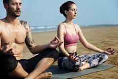 Costa della gente di rilassamento di allenamento di yoga della spiaggia Immagine Stock Libera da Diritti