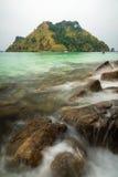 Costa della pietra dell'onda del mare della schiuma Fotografie Stock