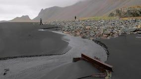 Costa della sabbia del nero dell'Islanda in tempo piovoso stock footage
