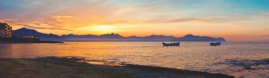 Costa della Sicilia con le barche sul mar Mediterraneo Immagine Stock