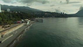 Costa della spiaggia della città dal mare stock footage