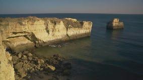 Costa di Algarve vicino a Albufeira, Portogallo video d archivio