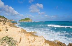 Costa di Half Moon Bay l'Oceano Atlantico - isola tropicale caraibica - l'Antigua e Barbuda immagine stock libera da diritti