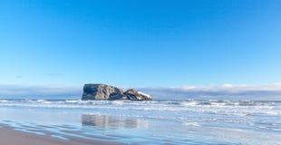 Costa di inverno dell'oceano Pacifico su Kamchatka Immagini Stock