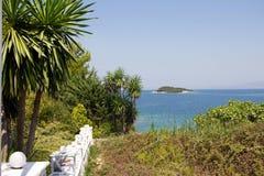 Costa di Ksamil Albania con il mare ionico e l'isola immagini stock libere da diritti
