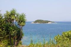 Costa di Ksamil Albania con il mare ionico e l'isola fotografia stock