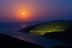 Costa di mar Mediterraneo greca a penombra sotto la luna piena in Macedonia Fotografia Stock Libera da Diritti