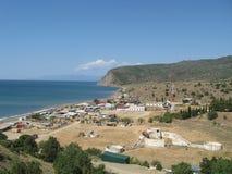 Costa di Mar Nero vicino allo stabilimento nelle montagne della Crimea Fotografia Stock