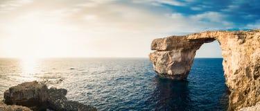 Costa di mare, bello arco di pietra di formazione a Malta, Europa Fotografia Stock Libera da Diritti