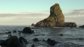 Costa di mare con le montagne stock footage