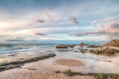 Costa di mare con le rocce e le nuvole Fotografie Stock
