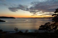 Costa di mare di tramonto con i bei colori immagine stock