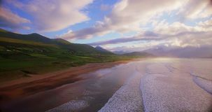 Costa di mare e colline verdi al tramonto 4k archivi video