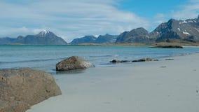 Costa di mare e spiaggia di estate, arcipelago di Lofoten norway Attrazione turistica stock footage