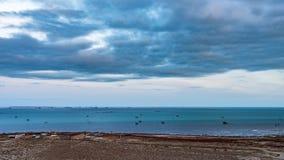 Costa di mare nel tempo uguagliante immagini stock
