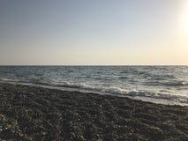 Costa di mare nel tramonto Immagini Stock