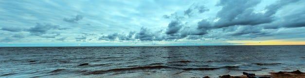 Costa di mare prima della tempesta fotografia stock libera da diritti