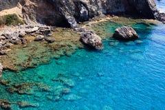 Costa di mare rocciosa a Adalia, Turchia fotografia stock libera da diritti