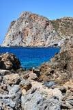 Costa di mare rocciosa dell'isola di Creta fotografia stock libera da diritti