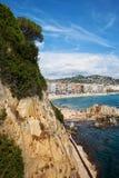 Costa di mare scenica con l'alta scogliera a Lloret de Mar Immagine Stock Libera da Diritti