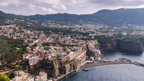 Costa di Napoli, Di Sorrento del piano Spiaggia del Meta, vista di lasso di tempo della citt? turistica in Italia, nuvole incredi video d archivio
