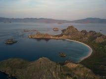 """Costa di parte di sinistra dalla vista superiore """"dell'isola di Padar """"in una mattina prima di alba, parco nazionale di Komodo de immagine stock"""