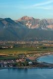 Costa di Versilia ed alpi di Apuan - Italia Fotografia Stock