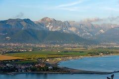 Costa di Versilia ed alpi di Apuan - Italia Fotografia Stock Libera da Diritti