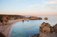 Costa do Algarve, Portugal Penhascos e praia no por do sol foto de stock royalty free