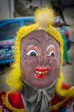 Costa do cabo, Gana - 15 de fevereiro de 2014: Dançarino mascarado e trajado colorido durante festividades africanas do carnaval Fotos de Stock