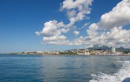 Costa do capital com opinião do vulcão - Fort de France Imagem de Stock