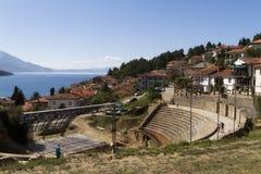 Costa do lago Ochrid vista da cidade de Ochrid Ohrid e o lago Ohrid são locais da herança natural e cultural do UNESCO imagens de stock royalty free