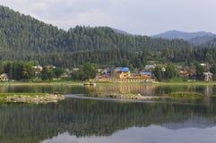 A costa do lago Teletskoye, a vila Iogach Fotografia de Stock Royalty Free