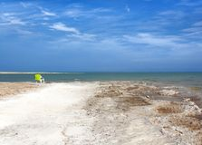 A costa do Mar Morto está entrando no horizonte fotos de stock