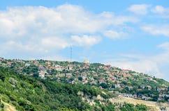 A costa do Mar Negro, montes verdes com casas, azul nubla-se o céu Fotos de Stock