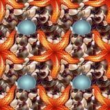 Costa do oceano com as pedras coloridas do mar Seixo do mar com teste padrão sem emenda dos shell e da estrela de mar de formas d Fotografia de Stock Royalty Free