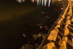 Costa do porto de Plymouth em uma noite nebulosa fotos de stock