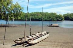 Costa do rio da AR da canoa da madeira Imagens de Stock