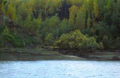 Costa do rio em um lugar abandonado Foto de Stock