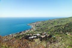 Costa do sul da Crimeia Vista da vila Katsively e o Mar Negro do recurso Imagem de Stock Royalty Free
