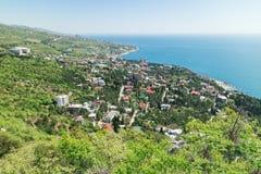 Costa do sul da Crimeia Vista da vila Simeiz e o Mar Negro do recurso do montanha-gato perto de Yalta Fotos de Stock Royalty Free