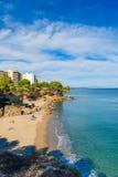 Costa Dorada, Spanje, blauwe hemel met exemplaarruimte Stock Foto