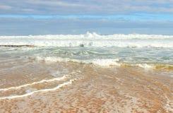 Costa dos azuis celestes do oceano Fotos de Stock Royalty Free