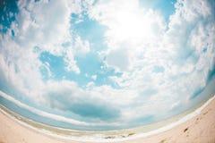 Costa e cielo blu di mare Immagine Stock